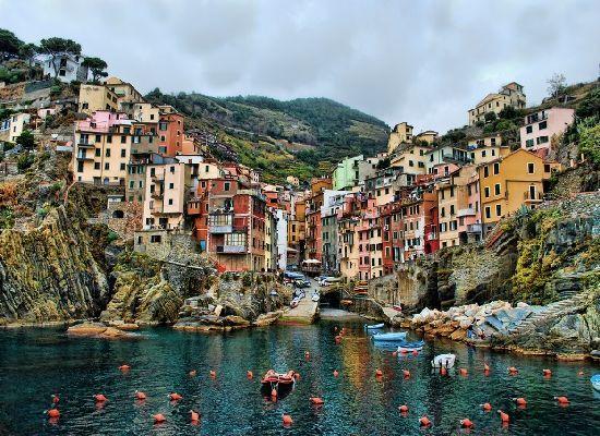 Kuvankaunis Cinque Terre lähellä Viareggiota (http://www.seadestination.com/the-picturesque-riomaggiore-of-cinque-terre-italy/)